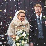 bruidspaar op een bruiloft in de winter net na de ceremonie