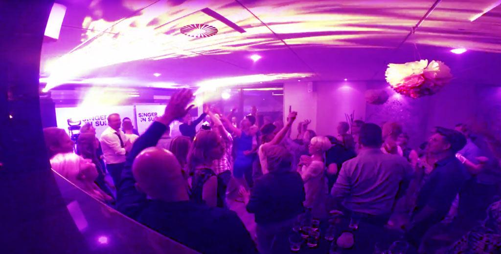 artiest in utrecht tijdens een feestje met dansende mensen