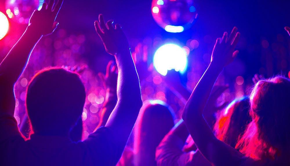 enthousiast publiek tijdens een optreden van deze dj in brabant
