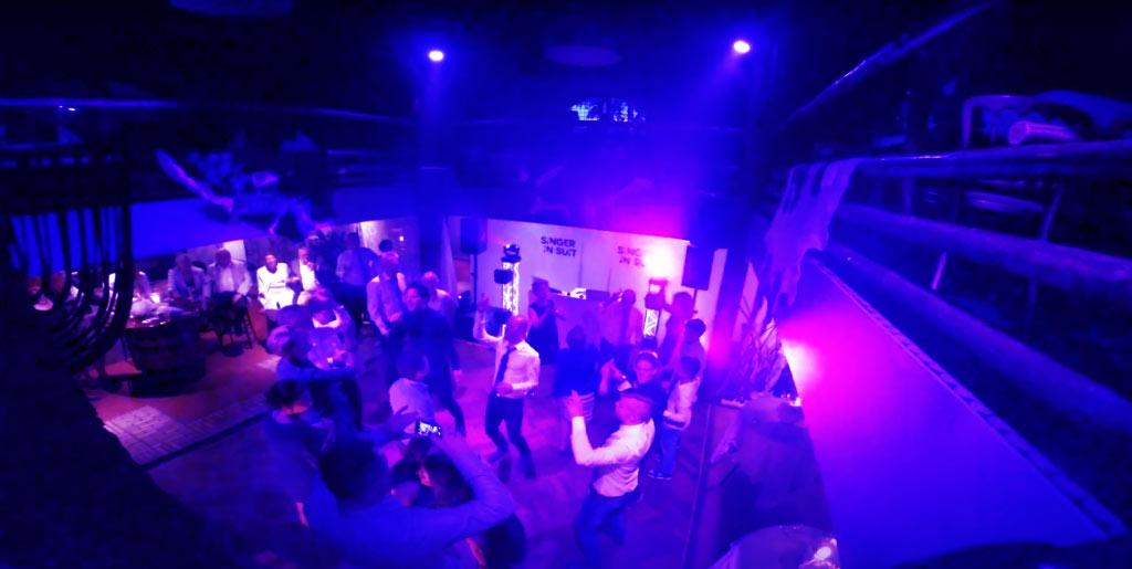 deze dj aan het zingen op de dansvloer tijdens een feest in brabant