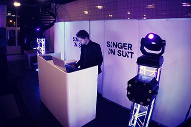 Waar werkt Singer in Suit?