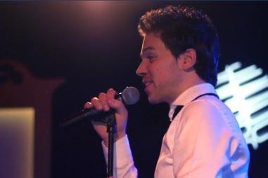 Deze zanger…live in uw regio!