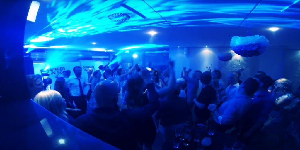 zanger in zuid-holland tijdens een leuk feestje met dansende mensen